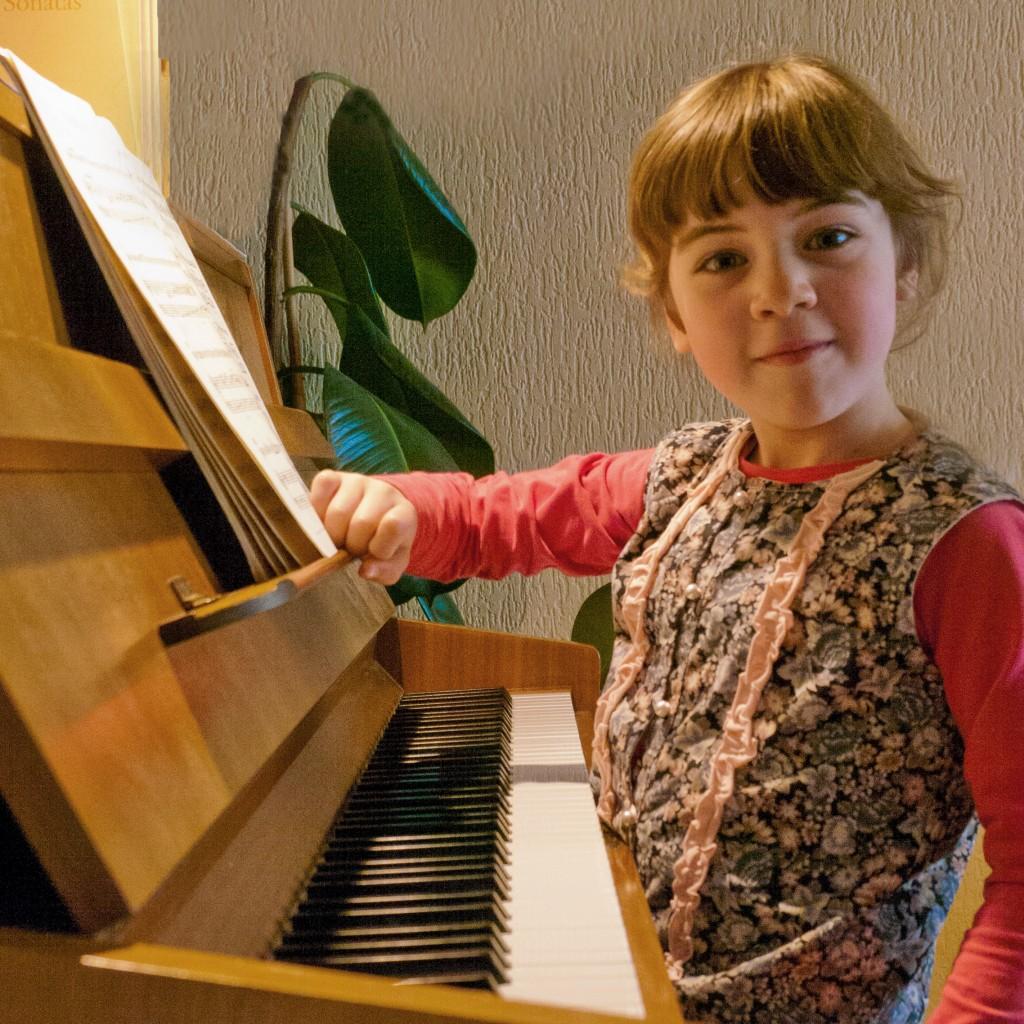 P1060133 G kijkt vanaf piano 6 Vierkant